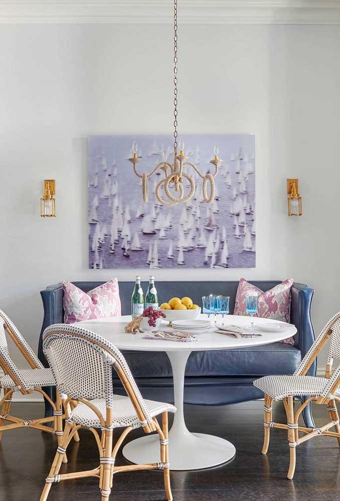 Mix de estilos nessa sala de jantar com mesa redonda