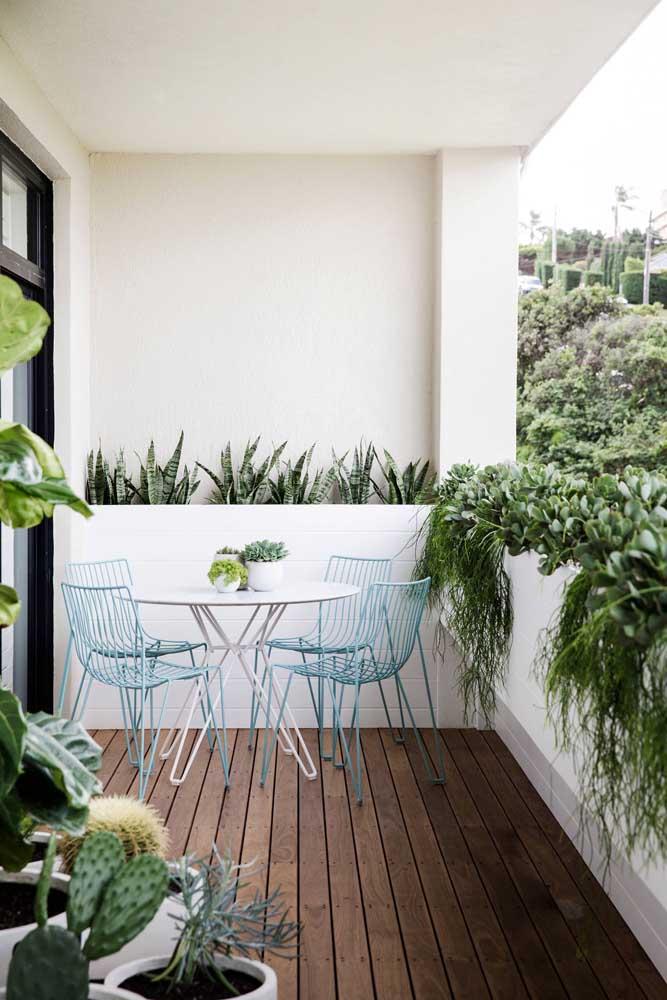 Para varandas e áreas externas pequenas prefira mesas redondas de materiais de aparência clean e suave