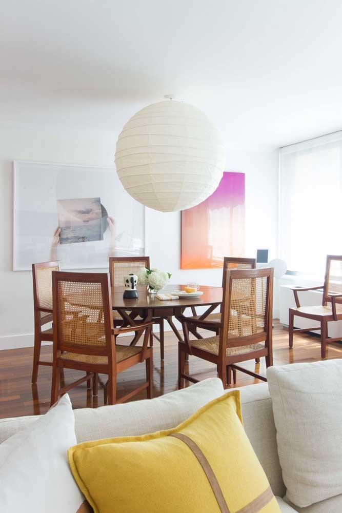 Para o dia a dia, as cinco cadeiras em torno da mesa são suficientes. Se chegar visita é só aproximar a cadeira que está no canto