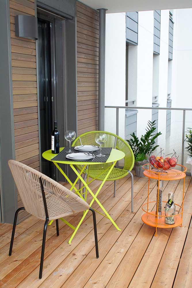 Composição graciosa entre as cadeiras Acapulco e a mesa redonda colorida