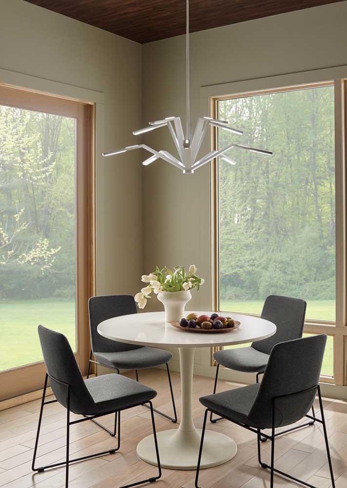Modelo simples de mesa redonda de jantar acompanhada de cadeiras modernas