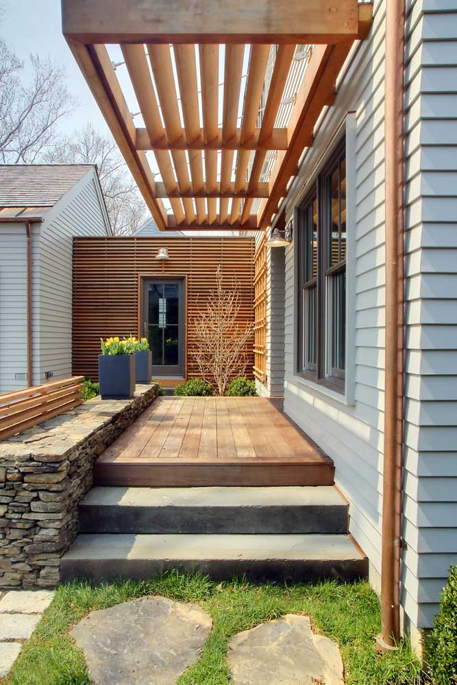 Pergolado de madeira simples e pequeno, mas capaz de mudar o visual da área externa da casa