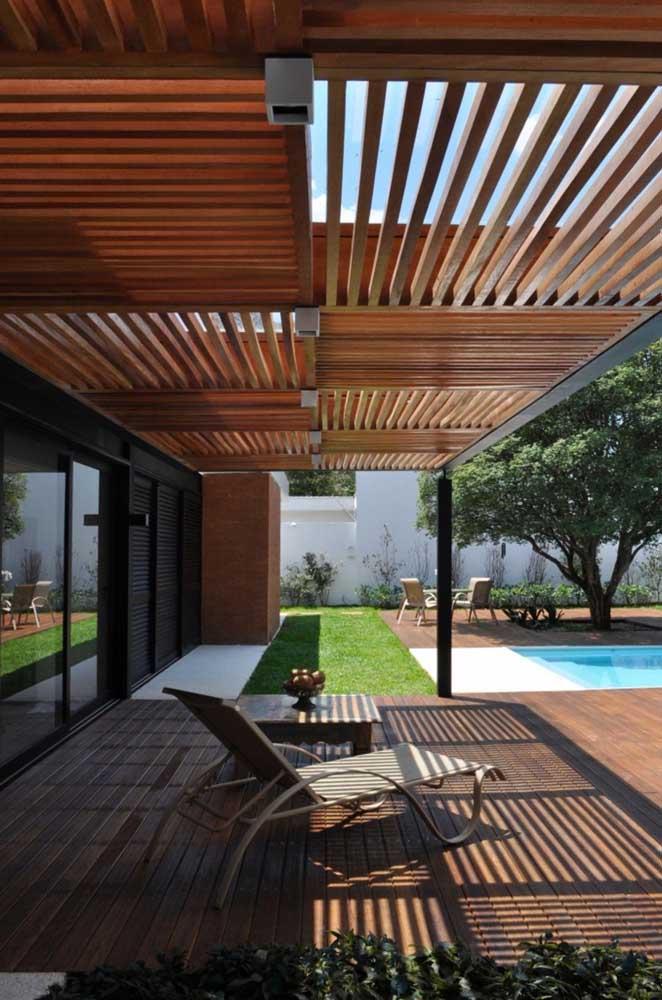 Pergolado com cara de deck de madeira; uma composição diferenciada para a estrutura