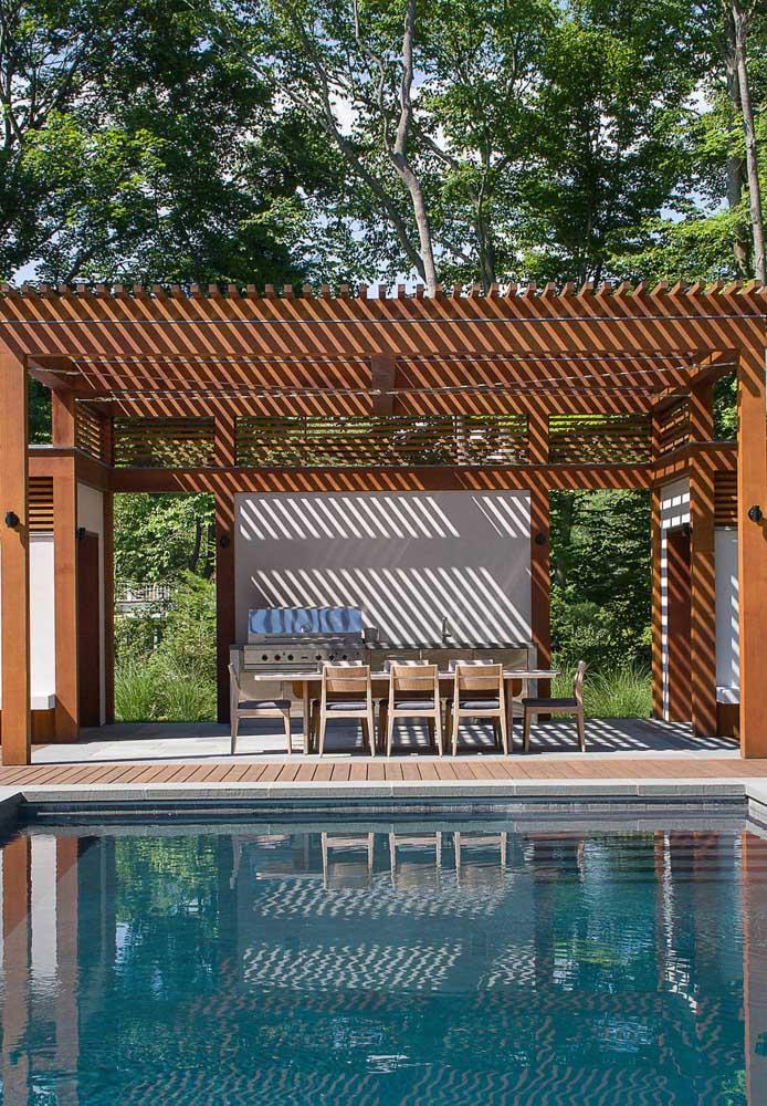 Pergolado de madeira para o espaço gourmet na beira da piscina; mais conforto para aproveitar os dias de sol e calor