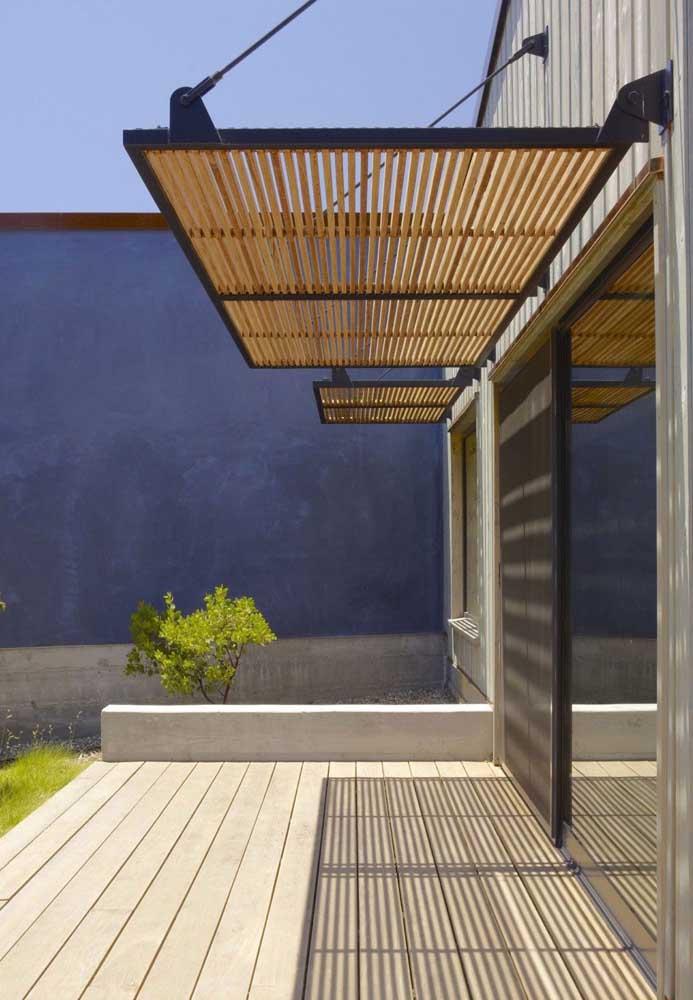 A estrutura metálica garante sustentação a esse mini pergolado de madeira