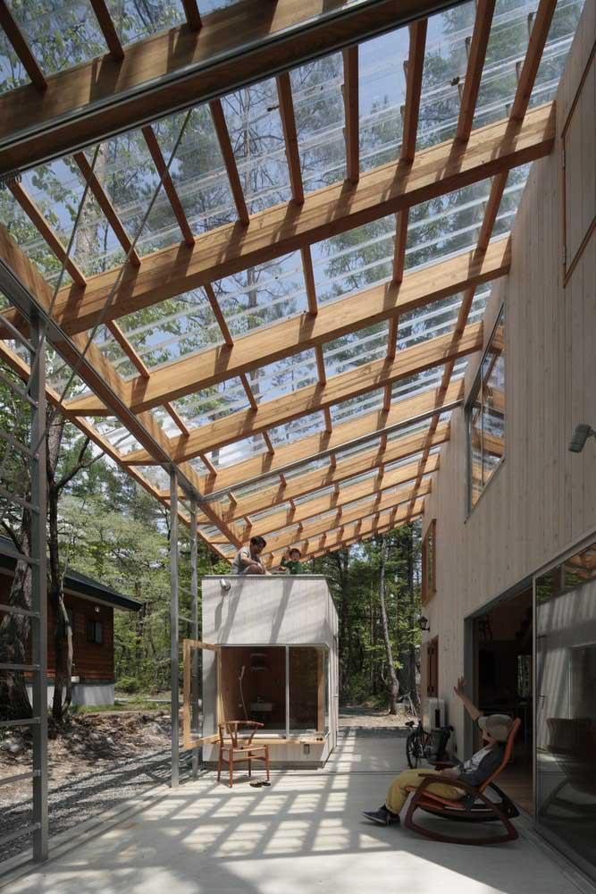 Pergolado de madeira com cobertura de vidro; ideal para contemplar a natureza, faça chuva ou faça sol