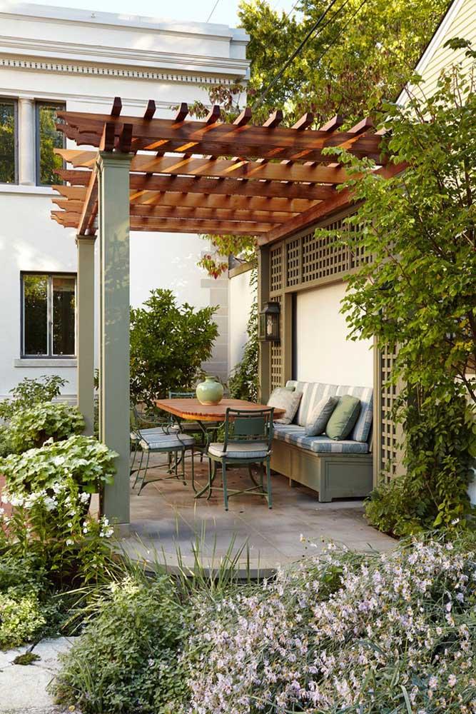 Um lindo pergolado de madeira para contemplar o jardim; os móveis deixam o espaço ainda mais interessante
