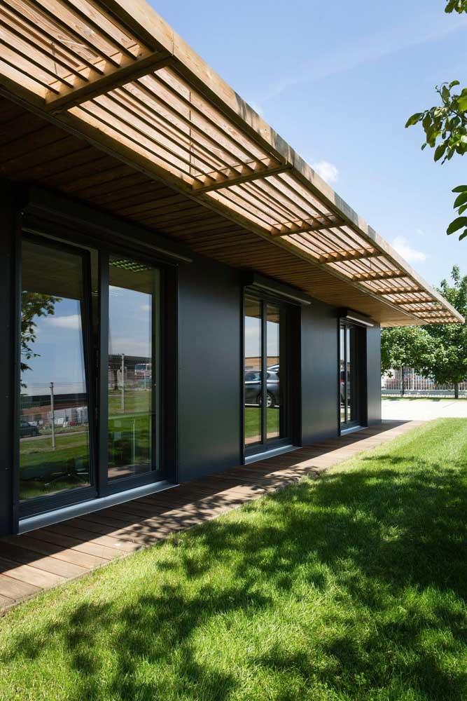 Pergolado de madeira simples para o corredor externo da casa