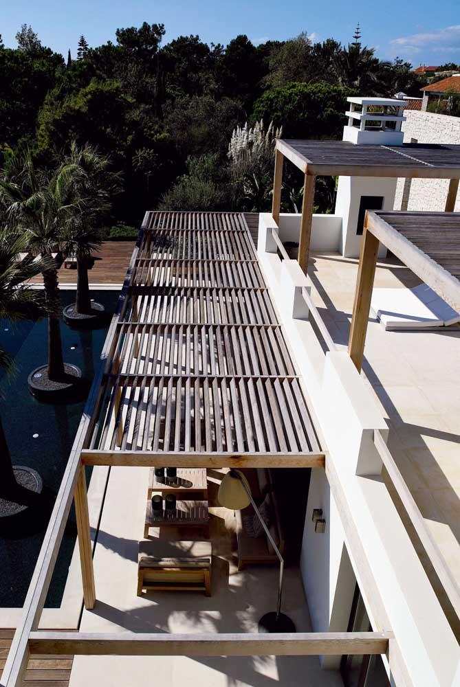 Nessa área externa foram construídos três pergolados de madeira simples