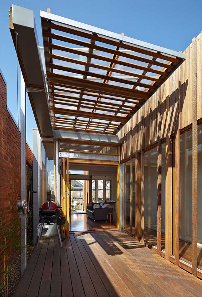 Seja grande ou pequena, sempre tem espaço para um pergolado de madeira na área externa da casa