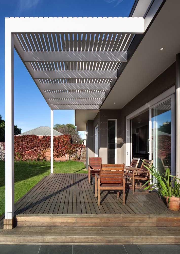 Pergolado de madeira branco: um toque clássico para a fachada da casa