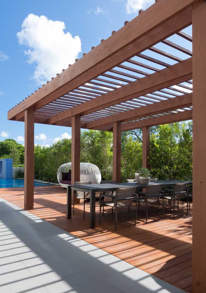Pergolado de madeira para cobrir o espaço gourmet localizado próximo a piscina
