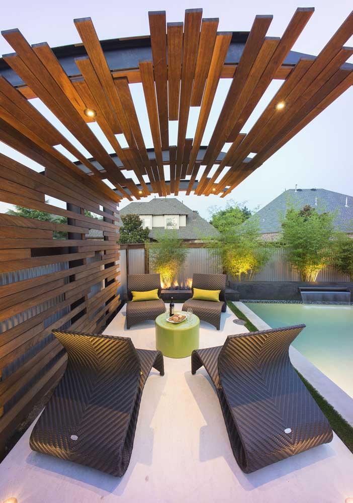 Já esse pergolado aqui conta com um design moderno e bem diferenciado; luzes indiretas completam a estrutura e a deixam mais aconchegante
