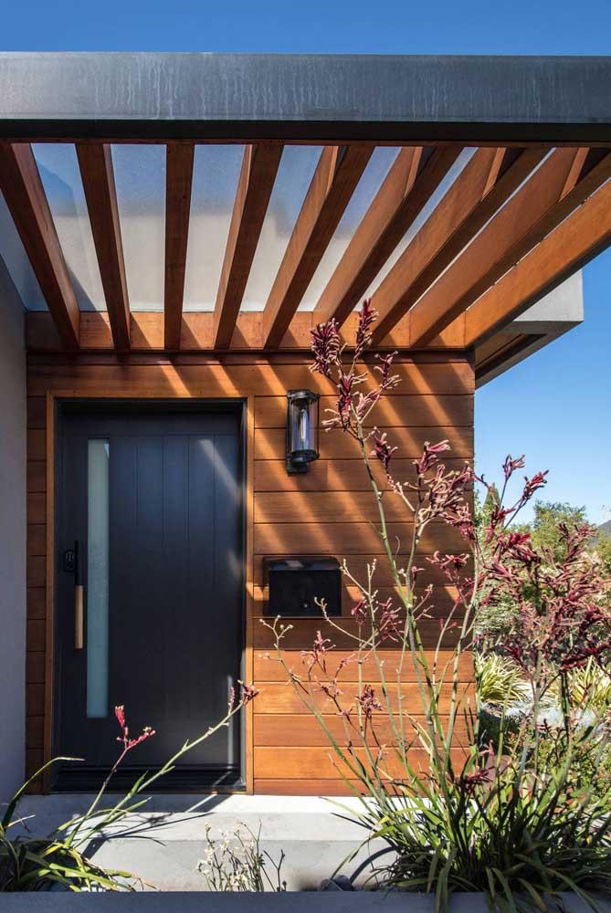 Uma dica para embelezar a entrada da sua casa: invista em um pergolado de madeira, mesmo que seja pequenininho