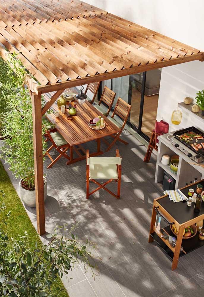 O espaço gourmet externo fica mais bonito e aconchegante com o pergolado de madeira