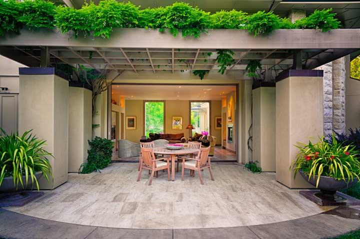 Pergolado de madeira coberto por plantas: o verde garante um charme extra a estrutura