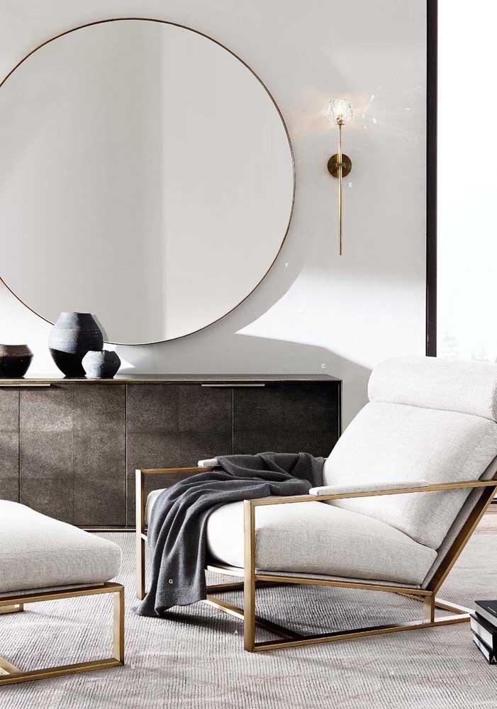 Os frisos dourados dessa poltrona para sala garantem o toque de elegância e refinamento ao ambiente