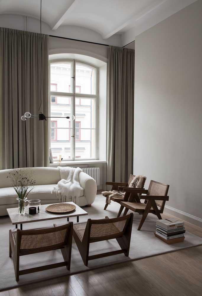 Poltronas para sala de madeira e sem estofamento; o modelo encaixou perfeitamente com a proposta neutra e delicadamente rústica