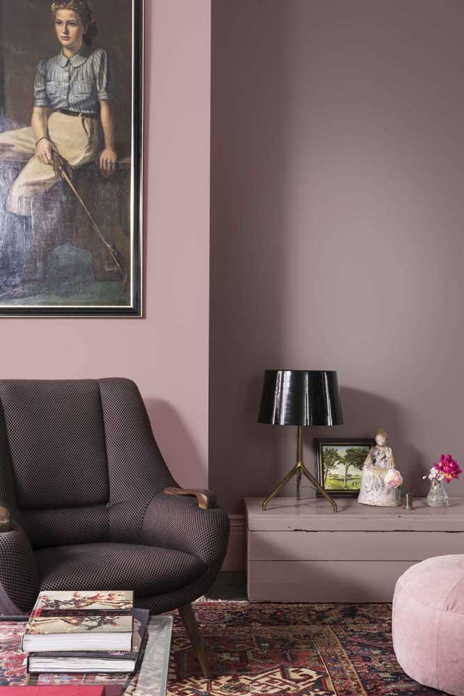 Poltrona preta para sala; repare como a cor esbanja charme e elegância no ambiente