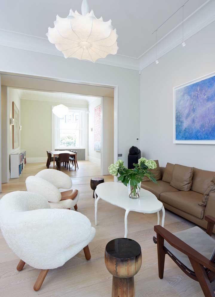 Poltronas brancas para sala em contraste com o sofá marrom
