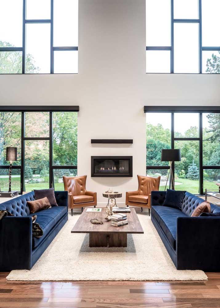 Modo elegante e moderno de combinar cores complementares: sofá azul marinho com poltronas caramelo
