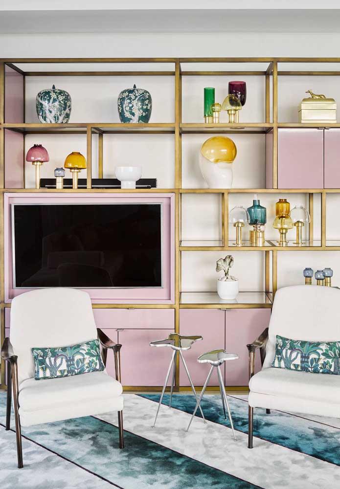 Nessa sala, ao contrário, as poltronas de cor clara rebatem a decoração colorida que predomina no restante do ambiente