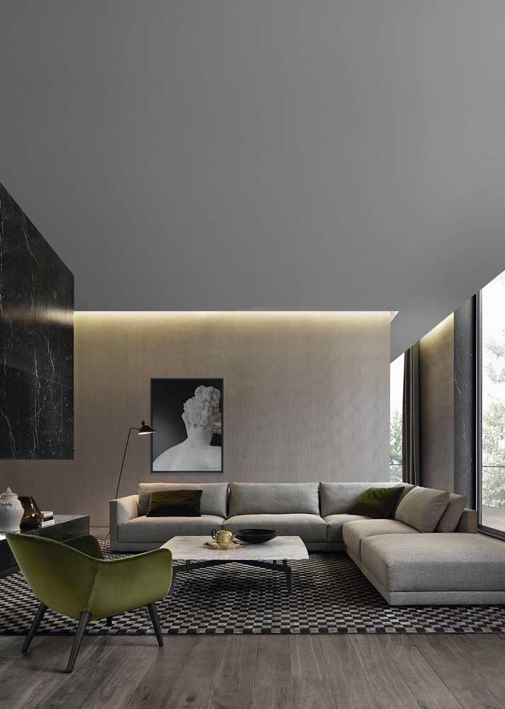 Faça a ligação entre poltrona e sofá por meio das almofadas, assim como nessa imagem