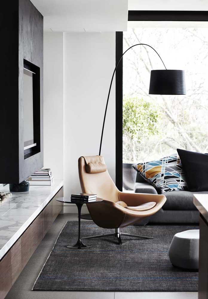 Crie um cantinho de leitura na sua sala com uma poltrona bem confortável, uma mesinha lateral e uma luminária de chão