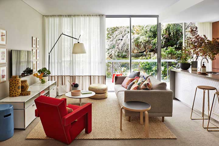 De um lado, as poltronas se harmonizam com o sofá, já do outro, a poltrona cheia de estilo conquista seu lugar