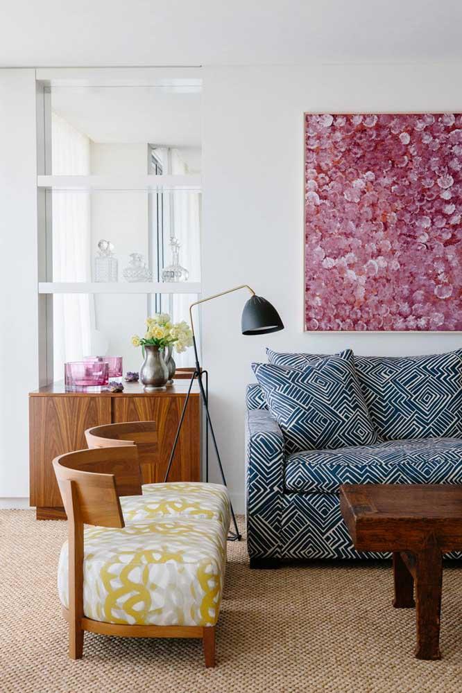 Sala de estampas: o sofá com estampa azul se harmonizou muito bem com as poltronas, também estofadas, na cor complementar amarela