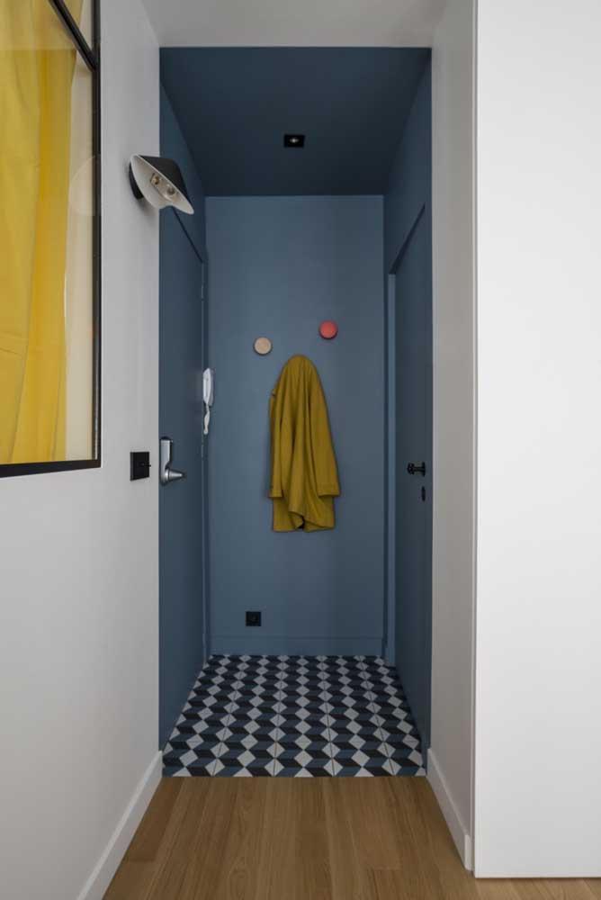 Nesse hall de entrada a cor escolhida foi o azul, inclusive para a porta
