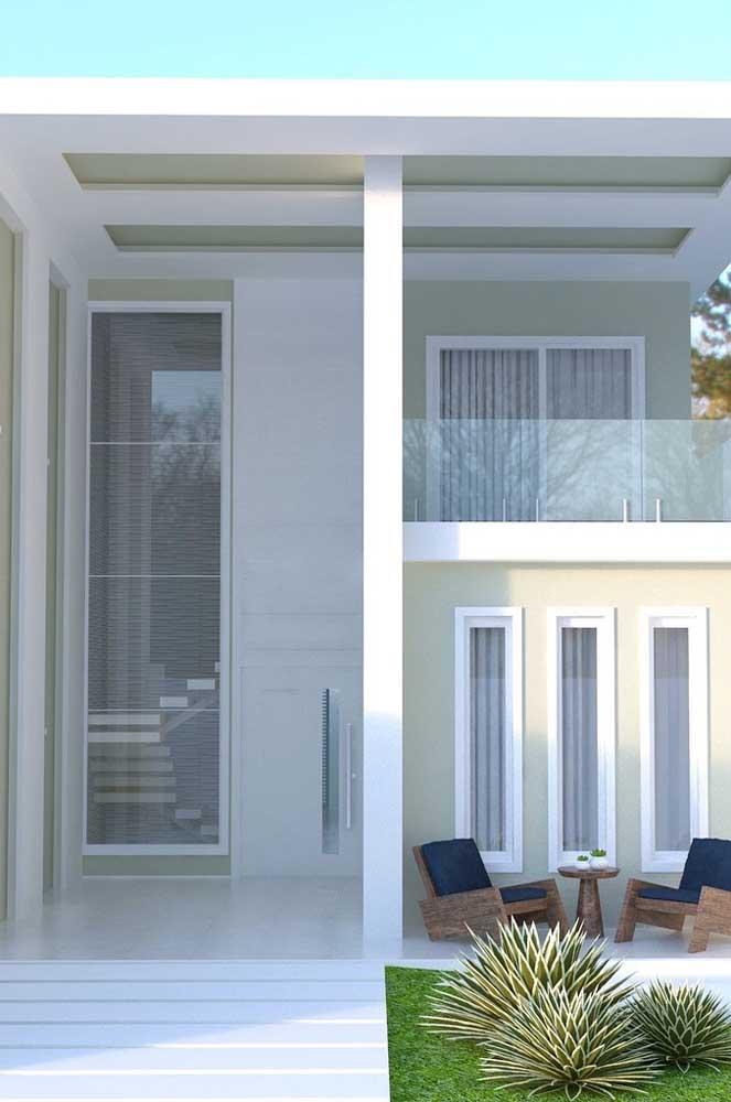 Nessa fachada a porta de entrada se estende do chão até o teto