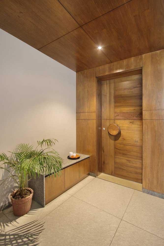 Uma elegante e charmosa porta de madeira com largura maior que as tradicionais
