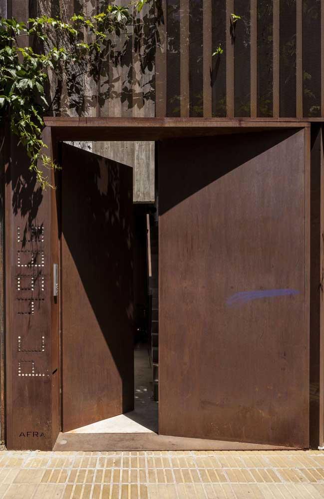 Moderna, essa porta de entrada duas folhas optou pelo aço corten