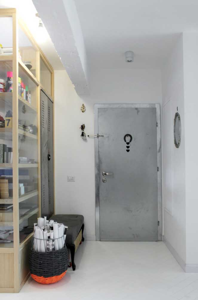 Nessa porta de entrada o grande diferencial é o tom prateado