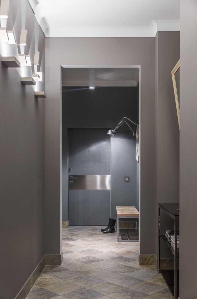 Essa porta de entrada ganhou uma faixa metálica para diferenciá-la do ambiente