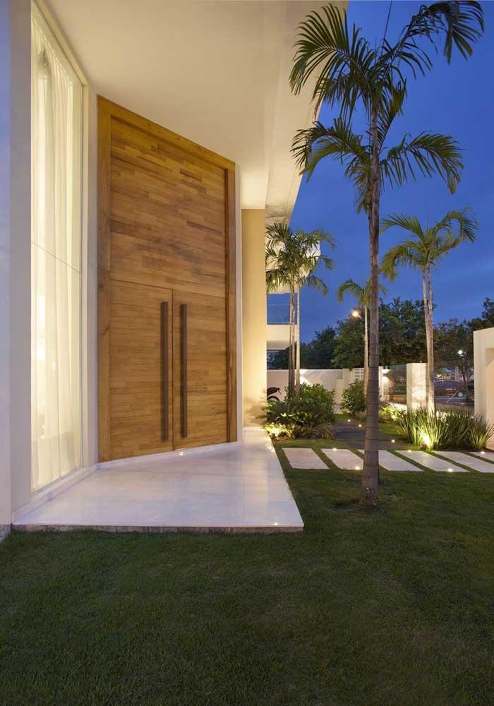 Nessa outra fachada, a porta de entrada duas folhas também surpreende pelo tamanho