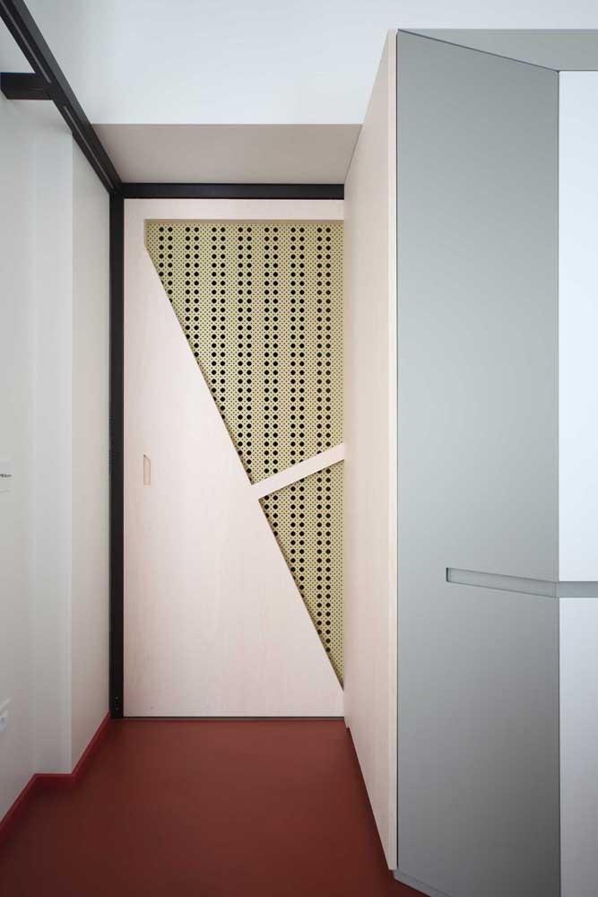 Detalhes vazados para a porta de entrada de apartamento