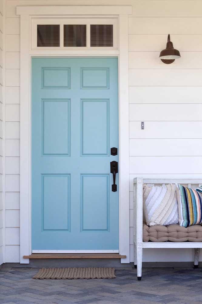 Uma clássica porta de entrada de madeira; a cor escolhida aqui foi o azul claro