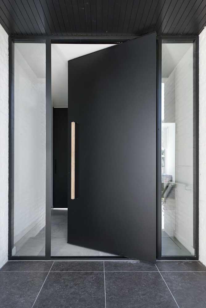 Um luxo essa porta pivotante metálica com laterais de vidro