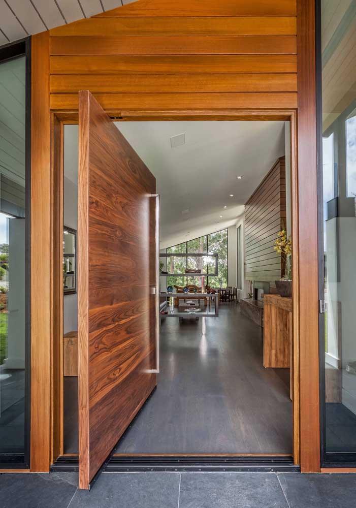 Porta pivotante de madeira; se você gosta desse modelo prepare o bolso, já que esse tipo de porta tende a ser o mais caro do mercado