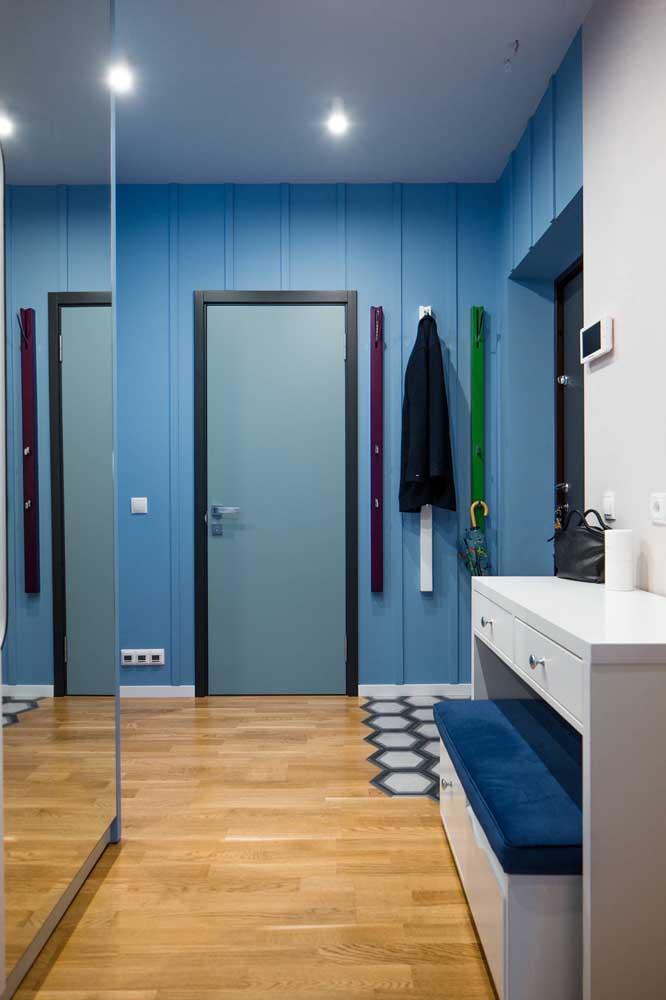 Uma sugestão para diferenciar a porta de entrada da parede: use uma cor contrastante para o batente