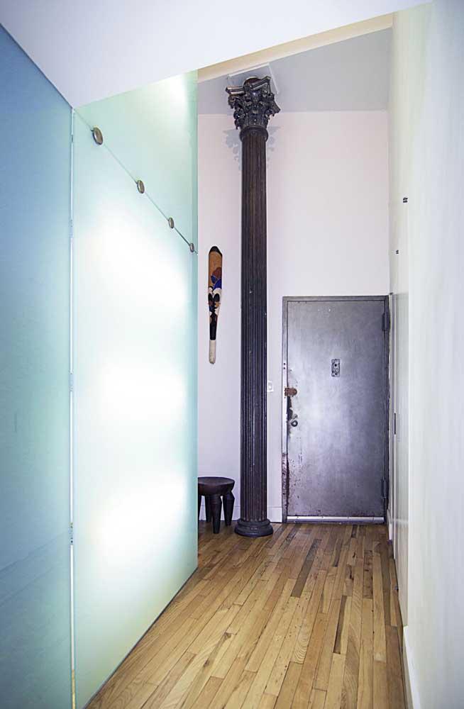 Porta de entrada metálica; repare que o desgaste natural da porta foi mantido de propósito nesse projeto