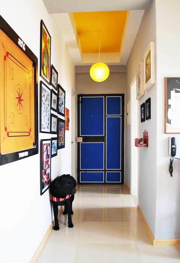 A entrada dessa casa moderna e despojada ficou ainda melhor com os adesivos na cor azul colados à porta