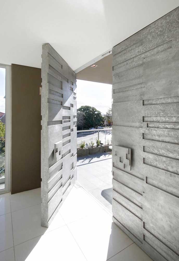 Bela ideia: aqui, a porta de entrada ganhou a mesma aparência da parede com boisseries na parte de baixo e pintura na parte de cima