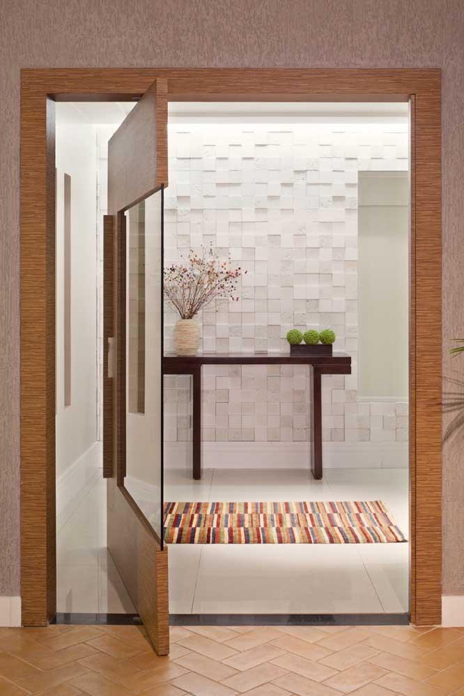 Uma porta pivotante de madeira e vidro para se inspirar!