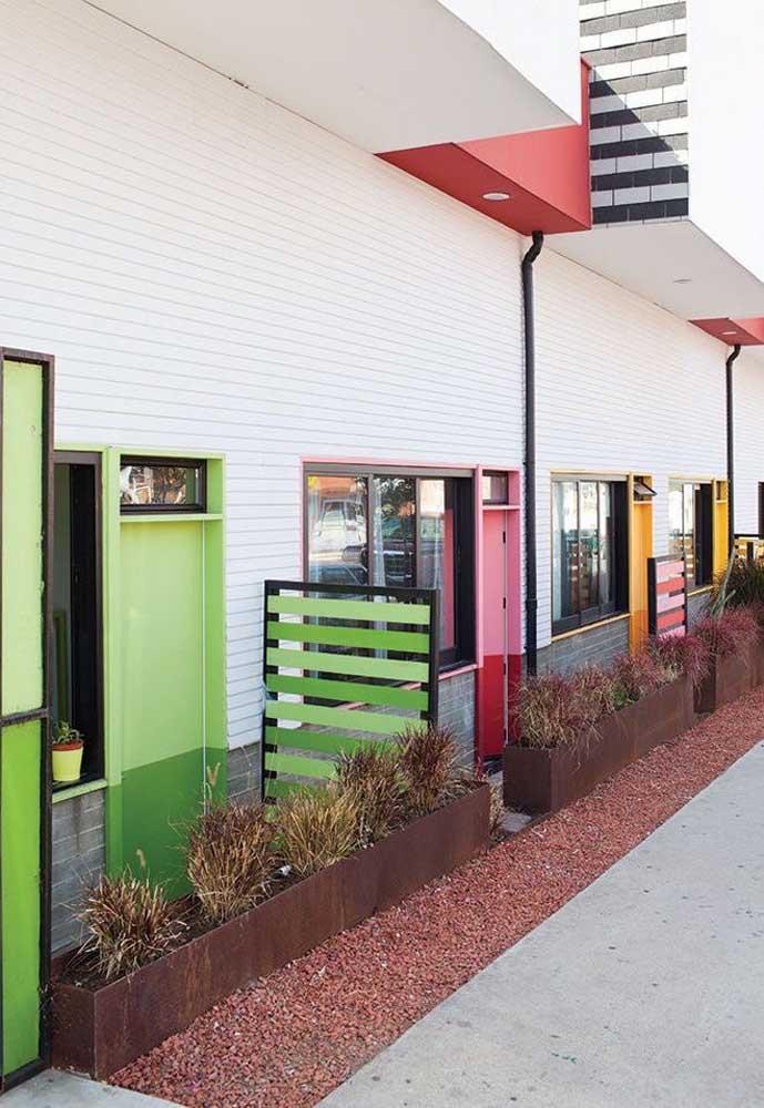 Esse conjunto de casas trouxe uma proposta alegre e descontraída: cada porta pintada de uma cor