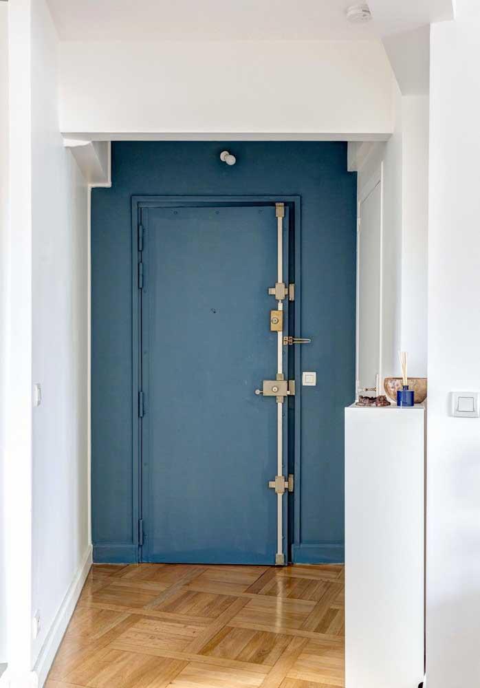 Uma proposta que sempre dá certo é pintar a parede da mesma cor da porta