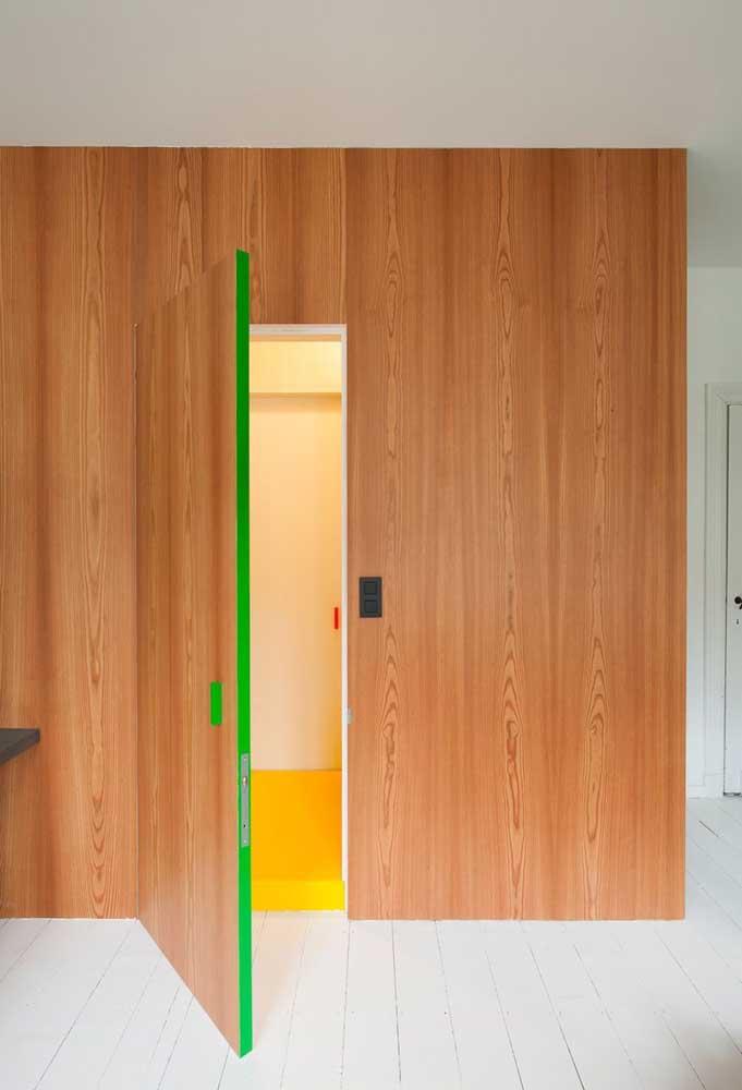 Porta e revestimento de parede se confundem nesse projeto; destaque para a lateral da porta em tom de verde limão
