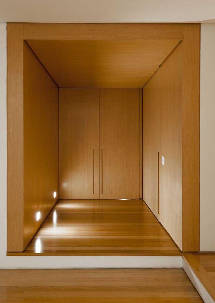Porta de entrada duas folhas: aqui, o revestimento de madeira da parede continua na porta